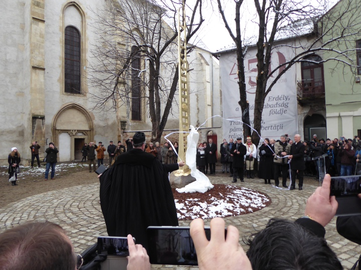 unveiling the monument at torda